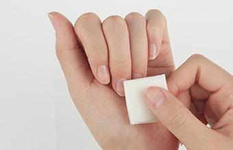 爪のダスト(粉)を払い、表面の油分を拭き取る